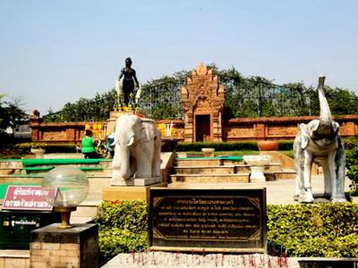 camadevi monument, queen camadevi, camadevi, phra nang chamthewi statue, chamthewi statue, camadevi statue, queen camadevi statue